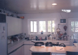 crappy kitchen BEFORE renovation